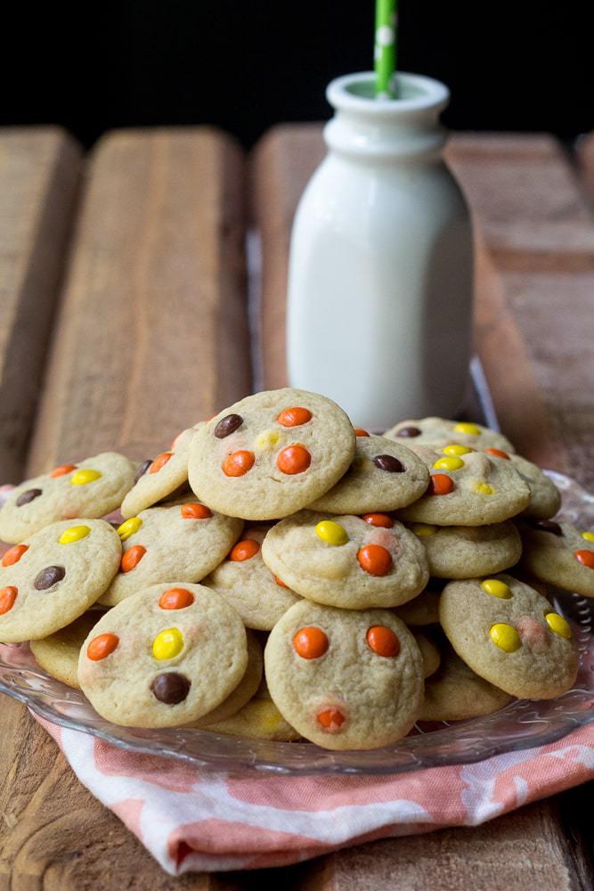 Mini Reese's Cookie Bites - Love mini cookies? These mini Reese's cookie bites are perfectly poppable for your next TV binge.